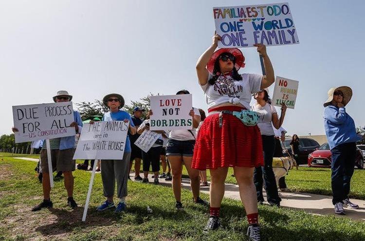 Personas protestan en contra de la separación de familias en McAllen, Texas. (Foto Prensa Libre. EFE)