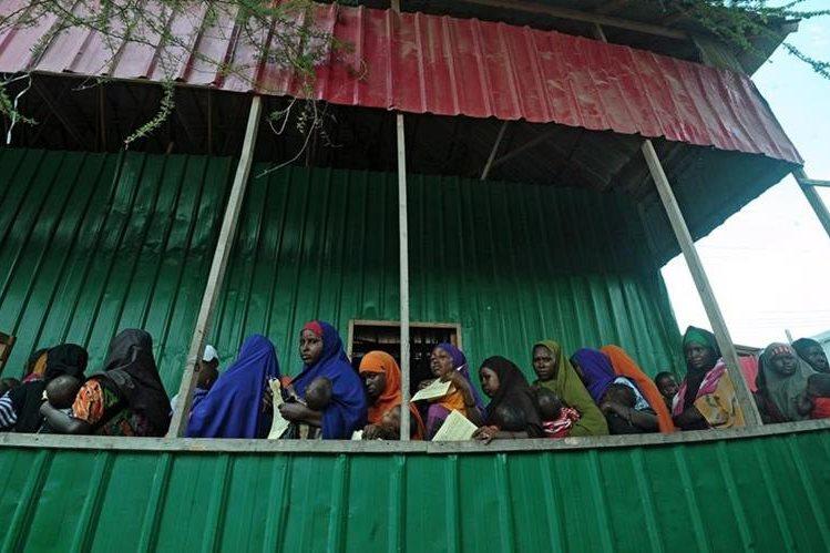 Un grupo de madres esperan recibir atención médica para sus niños desnutridos en Somalia. (Foto Prensa Libre: AFP)