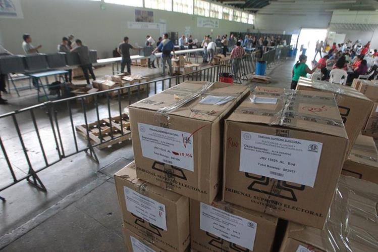 El TSE realiza el proceso de embalaje de las cajas que contienen las papeletas. (Foto Prensa Libre: Alvaro Interiano)