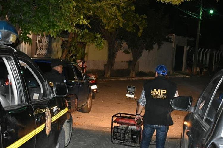 Policía e investigadores, en el lugar del ataque, en la cabecera de Zacapa. (Foto Prensa Libre: Mario Morales)