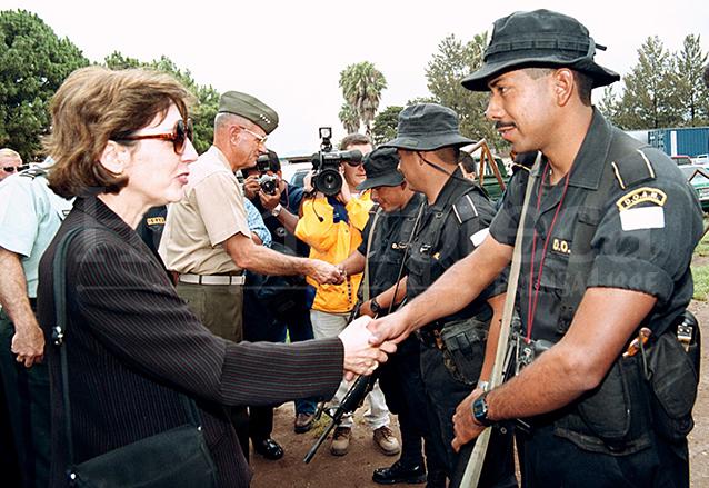 La embajadora de Estados Unidos en Guatemala, Prudence Bushnell acompañada del jefe del Comando Sur, Charles Wilhelm inauguraron el plan Maya-Jaguar el 22 de mayo de 2000. (Foto: Hemeroteca PL)