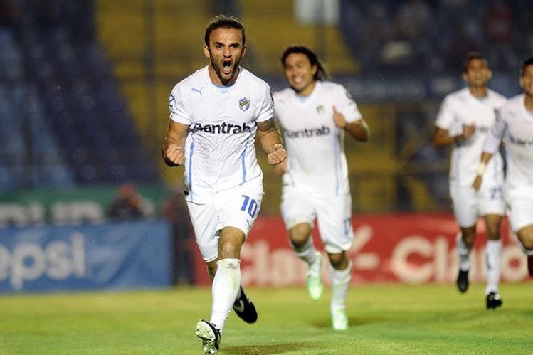 José Manuel Contreras y Agustín Herrera (atrás) suman cuatro goles en clásicos. El domingo buscarán ser la pareja letal. (Foto Prensa Libre: Hemeroteca)