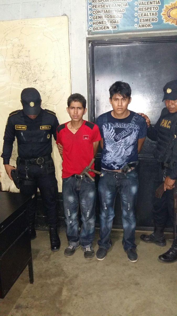 Daniel Ezequiel Fuentes Arreaga y Brenner Adrián Estrada López, ambos de 18 años, son retenidos por agentes de la PNC, señalados de asaltar autobuses. (Foto Prensa Libre: Cortesía PNC)