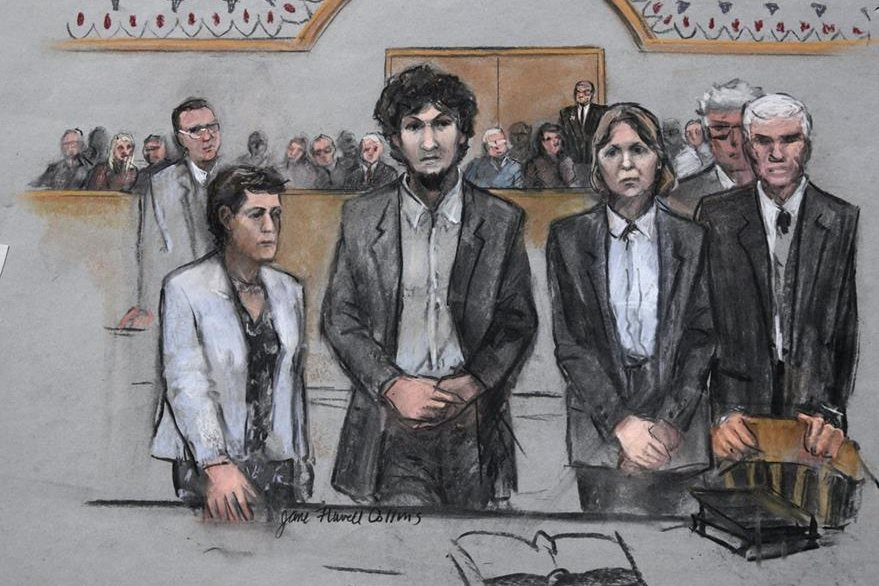Dzhokhar Tsarnaev, (segundo de izquierda a derecha), permaneció durante la lectura de la sentencia con las manos entrecruzadas. (Ilustración Prensa Libre: AP).