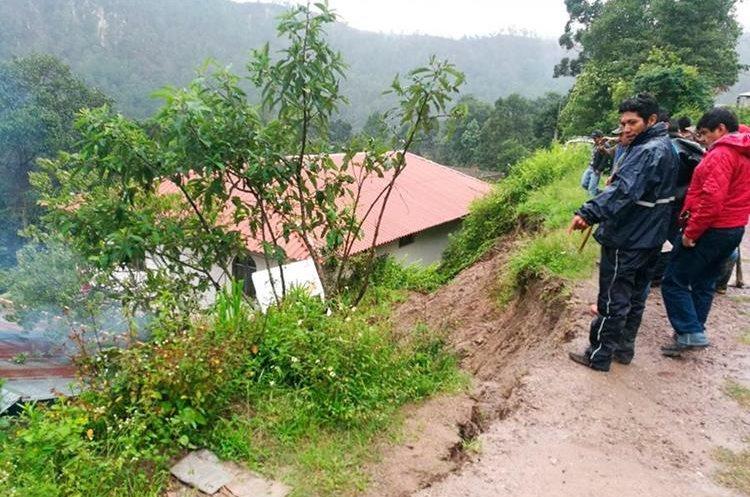 Vecinos observan las viviendas que están propensas a deslizamiento de tierra. (Foto Prensa Libre: Whitmer Barrera)