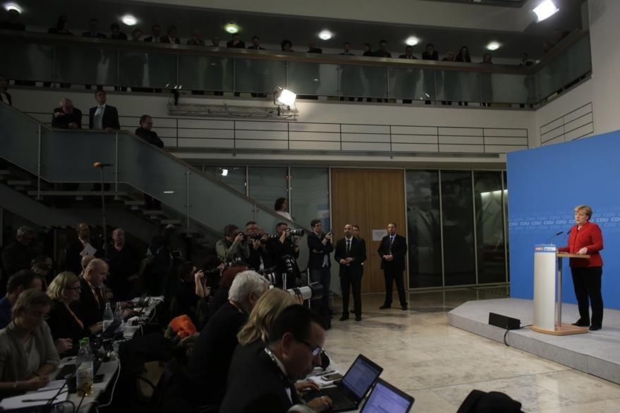 Ante miembros de su partido Merkel acepta postulación para un nuevo mandato. (AP)