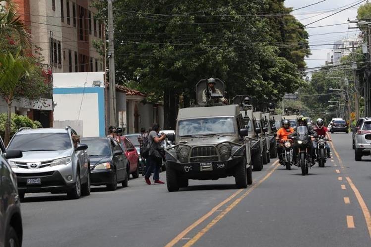 Vehículos J8 en los alrededores de la sede de la Cicig, en la zona 14, el pasado viernes. (Foto Prensa Libre: Hemeroteca PL)
