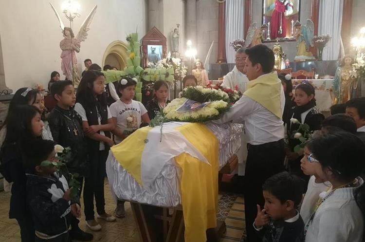 Amigos del adolescente muerto,  Luis Armando Cardona Tepé llegaron al sepelio y lo recordaron como alguien creativo y respetuoso. (Foto Prensa Libre: red Rivera)