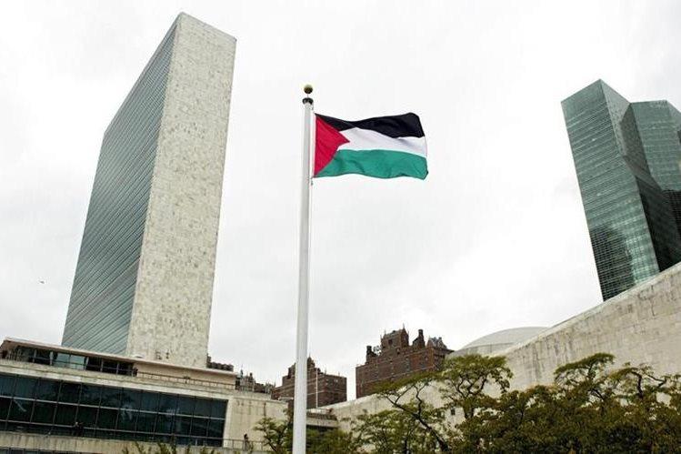 La bandera palestina ondea en las afueras del edificio de Naciones Unidas en Nueva York. (Foto Prensa Libre: EFE).