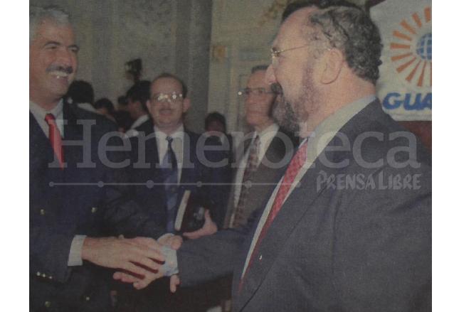 El ministro de comunicaciones, Fritz García Gallont felicita a Ricardo Bueso, gerente de Luca, S.A. luego de la subasta de las acciones de Telgua. (Foto: Hemeroteca PL)