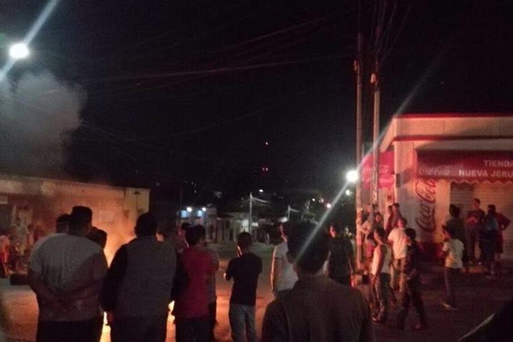 Vecinos de Monjas, Jalapa, se resguardan por enfrentamiento entre turba y agentes de la PNC. (Foto Prensa Libre: Hugo Oliva)