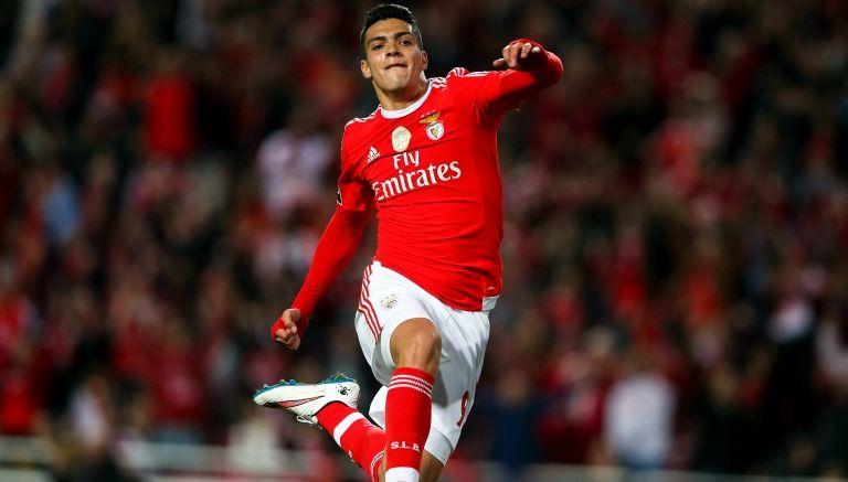 Raúl Jiménez llegó en agosto de 2015 al Bénfica y firmó por cinco años. (Foto Prensa Libre: EFE)