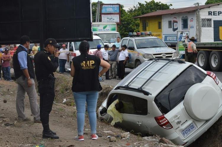 Hugo Oliverio Cantoral Gravez, de 28 años, viajaba en su vehículo cuando fue atacado por sujetos a bordo de una motocicleta. (Foto Prensa Libre: Mario Morales)