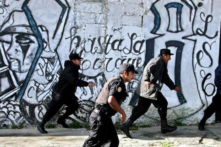 Efectivos de la PNC participan en una operación antipandillas en un barrio, en San Salvador, El Salvador.(EFE).
