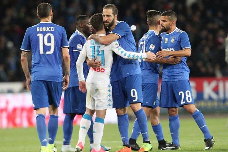 Empate 1-1 entre el Nápoles y la Juventus en el regreso de Gonzalo Higuaín al estadio San Paolo. (Foto Prensa Libre: AFP)