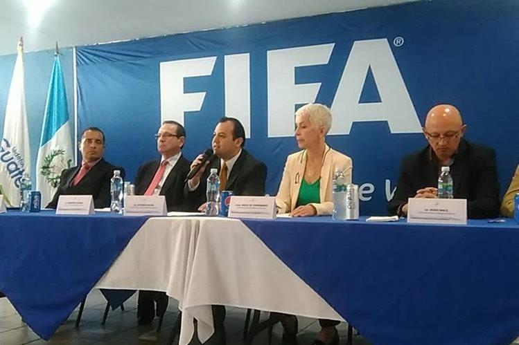 Los miembros del Comité de Regularización durante la conferencia de prensa de este viernes. (Foto Prensa Libre: Edwin Fajardo)