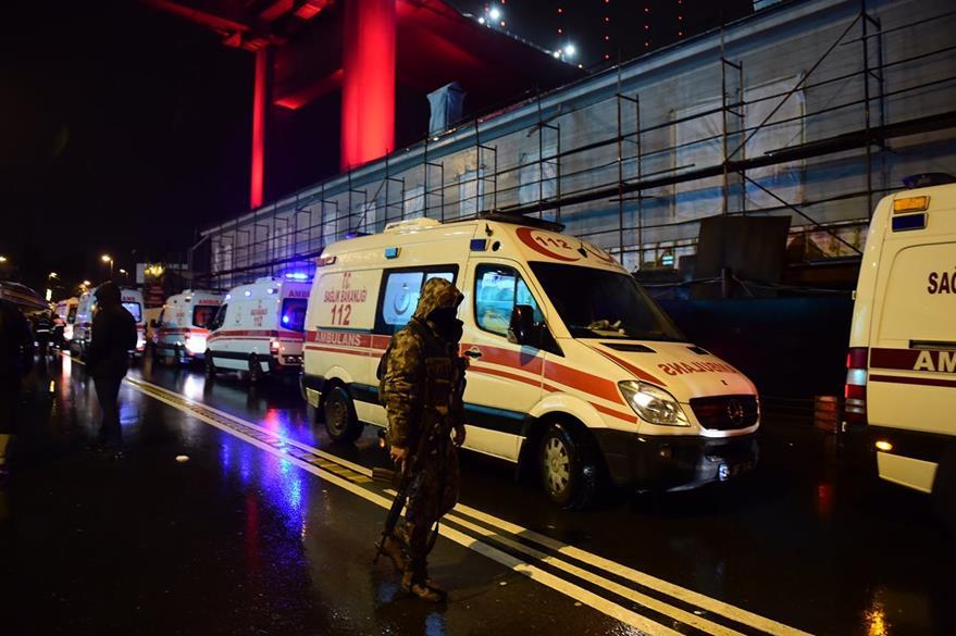 Servicios de emergencia, en el lugar donde ocurrió el atentado terrorista. (Foto Prensa Libre: AFP)