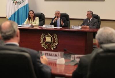 El presidente  Otto Pérez Molina indicó que analizará el informe que le entregó la Comisión. (Foto Prensa Libre: Paulo Raquec)