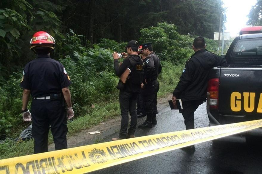 Bomberos Municipales y policías en la escena donde se localizó el cadáver de una mujer en San José Pinula. (Foto Prensa Libre: Érick Ávila)