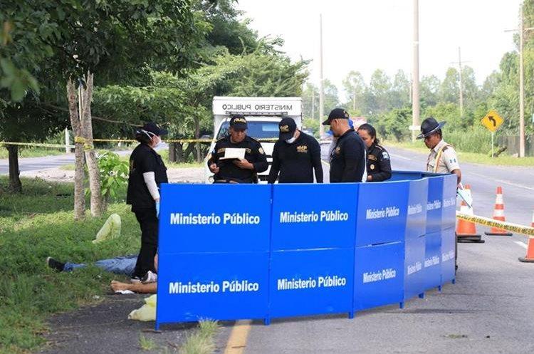 Foto 3: Los cuerpos fueron rescatados del vehículo utilizando equipo especial.