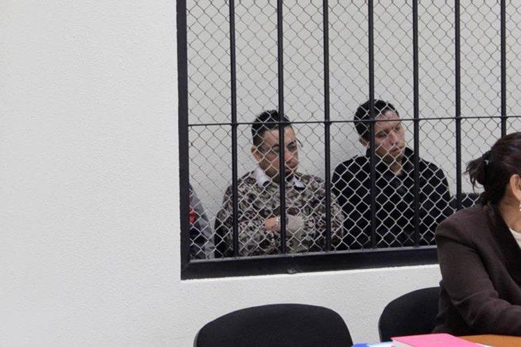 Edwin Omar Roblero Sánchez y José Manuel Coyoy escuchan la decisión de los jueces en el Tribunal Primero de Sentencia Penal de Quetzaltenango. (Foto Prensa Libre: María José Longo).