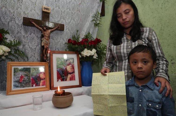 Gloria y su hijo Javier junto al altar para su esposo que están en su vivienda, en San Juan Alotenango. (Foto Prensa Libre: Estuardo Paredes)