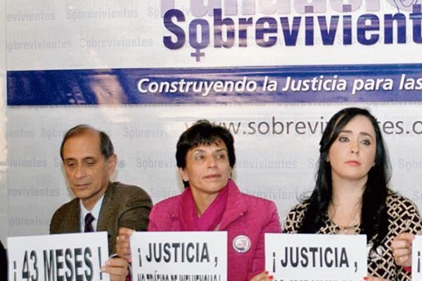 JUAN LUIS y Angelís Siekavizza, junto a María    Fernanda Gallegos, durante  conferencia de prensa.