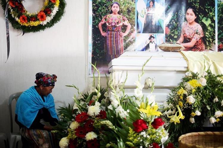 Familiares, amigos y pobladores de San Juan Ostuncalco, Quetzaltenango, acudieron ayer al velorio del cuerpo de Claudia Patricia Gómez González, cuyo sepelio está previsto para hoy. (Foto Prensa Libre: AFP)