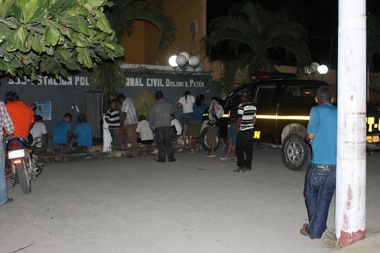 Subestación de la PNC en Dolores, Petén, cerca de donde un agente policial hirió de bala a un menor. (Foto Prensa Libre: Walfredo Obando)