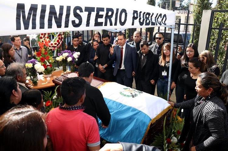 Familiares y compañeros de trabajo rinden honores al fiscal auxiliar ultimado