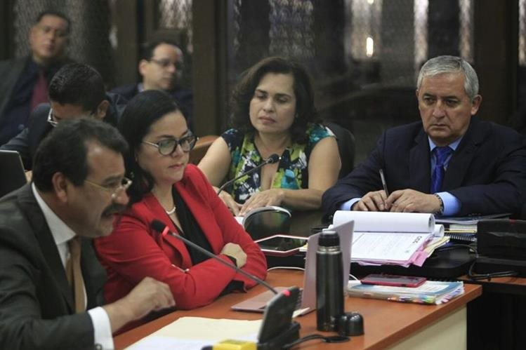 César Calderón, abogado defensor de Otto Pérez Molina, pidió al juez que archive el caso contra su defendido. (Foto Prensa Libre: Carlos Hernández)