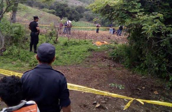 Agentes de la PNC resguardan lugar donde fue localizado el cadáver de una mujer, en la cabecera de Jutiapa. (Foto Prensa Libre: Óscar González)