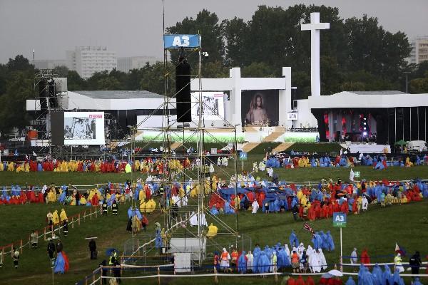 Varios peregrinos esperan la misa inaugural en Cracovia,(Foto Prensa Libre:EFE).