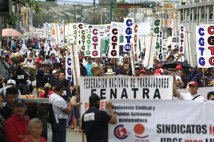 Centenares de personas de la capital participan en la marcha del 20 de Octubre en conmemoración a la Revolución de 1944. (Foto Prensa Libre: Carlos Hernández Ovalle)