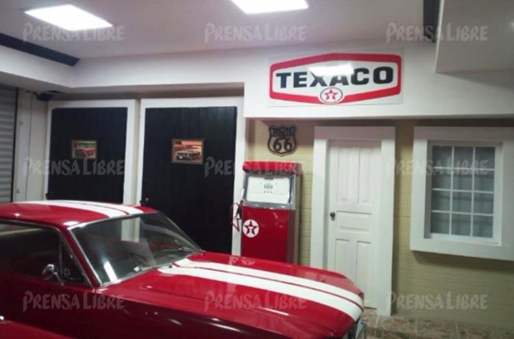 Uno de  los vehículos marca Mustang Ford de colección localizados en la residencia lujosa de Manuel Baldizón. (Foto Prensa Libre: Guatevisión)