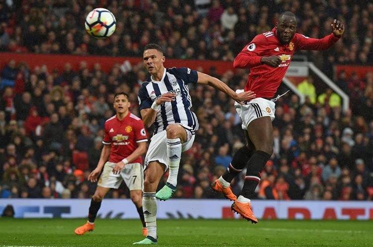 Romelu Lukaku intentó anotar con un cabezazo pero el portero del West Bromwich evito el gol. (Foto Prensa Libre: AFP)