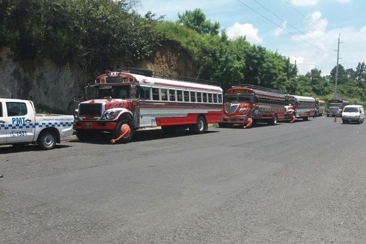 Tres buses fueron inmovilizados por la PMT, por tener más de 10 multas sin pagar. (Foto Prensa Libre: Dalia Santos)