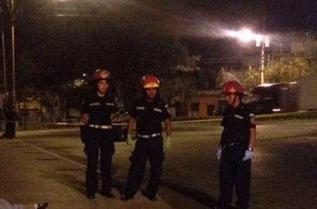 Bomberos Municipales observan los cadáveres de los tres jóvenes en la zona 6. (Foto Prensa Libre: CBM)