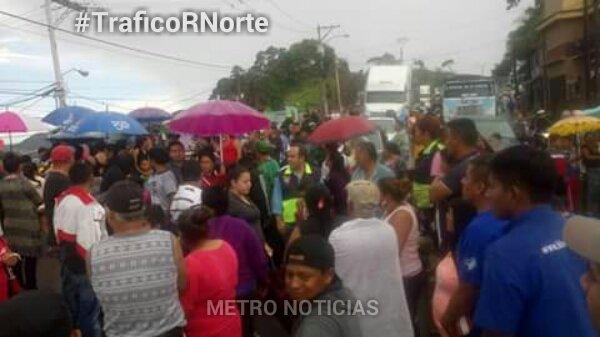 Manifestación de vecinos en el kilómetro 12.3 ruta al Atlántico. (Foto Prensa Libre: @METRO__NOTICIAS).