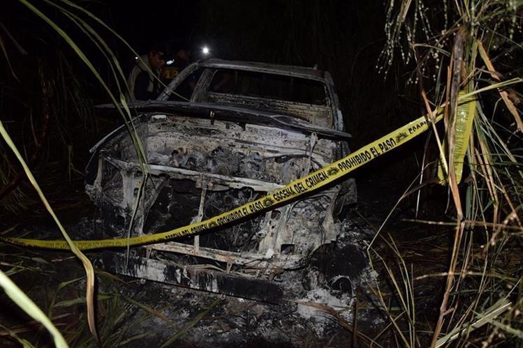 Vehículo carbonizado fue localizado en Guanagazapa, Escuintla. (Foto Prensa Libre: Carlos E. Paredes)