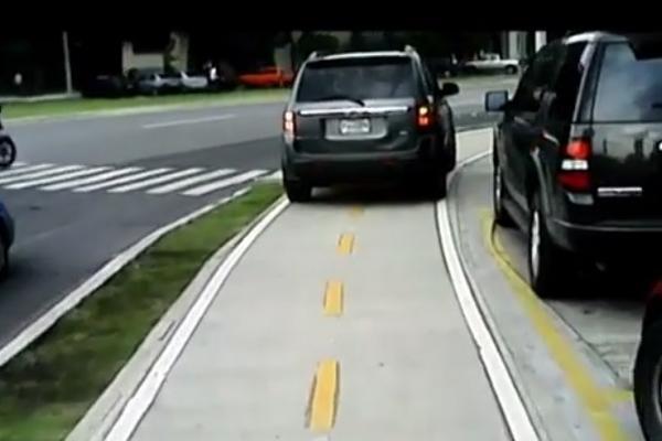 """<p>Un vehículo aparentemente se estaciona sobre la ciclovía de la zona 9 para evadir el tráfico. (Foto Prensa Libre: Youtube)<br _mce_bogus=""""1""""></p>"""