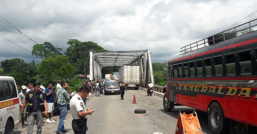 Un policía vigila el área donde ocurrió el hecho, en el kilómetro 150 de la ruta CA2, en San Antonio Suchitepéquez. (Foto Prensa Libre: Cristian Soto)