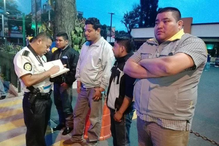 Presuntos secuestradores momentos después de ser capturados (Foto Prensa Libre: PNC)