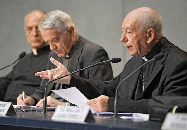 Francesco Coccopalmerio (3 derecha), lee la carta de nulidad del matrimonio.