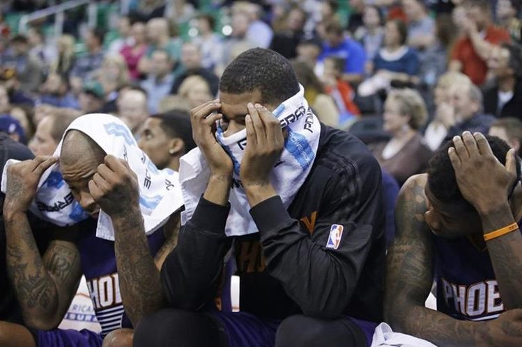Markieff Morris, centro, no verá acción en dos encuentros por su mal comportamiento con el entrenador de los Suns. (Foto Prensa Libre: AP)