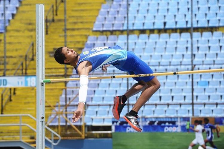 Ken Franzua supera el salto de 1.90 este sábado en el estadio Doroteo Guamuch Flores. (Foto Prensa Libre: Francisco Sánchez)