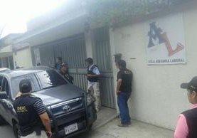 Vivienda allanada, en la zona 11 de la capital, es rodeada por agentes policiales. (Foto Prensa Libre: MP)