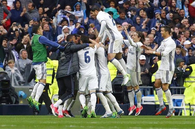 Así fue la celebración del gol de Marcelo que dio el triunfo al equipo de Zinedine Zidane. (Foto Prensa Libre: EFE)