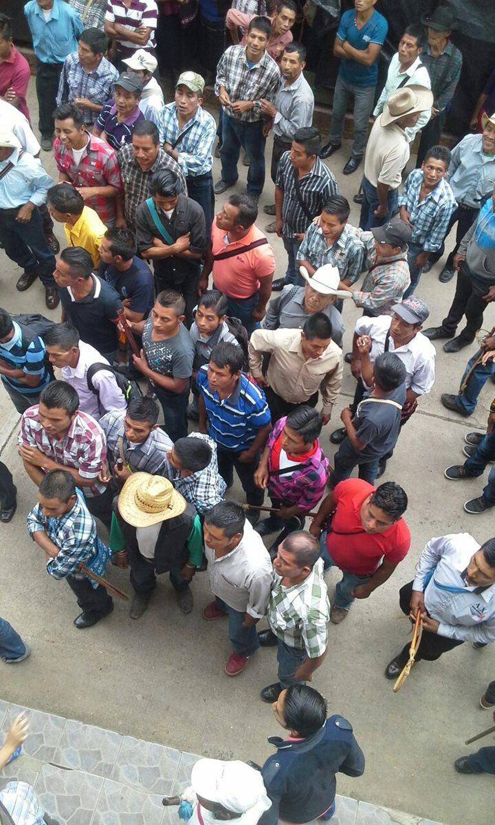 Algunos de los agresores tienen tomada la Municipalidad para impedir el ingreso. (Foto Prensa Libre: Mike Castillo)