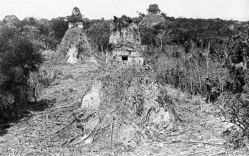 Las primeras exploraciones en Tikal, en el primer plano se aprecia el templo II. (Foto Prensa Libre: Hemeroteca PL)